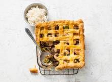 Bladerdeegpie met kip, champignons en dragon - Recept - Allerhande