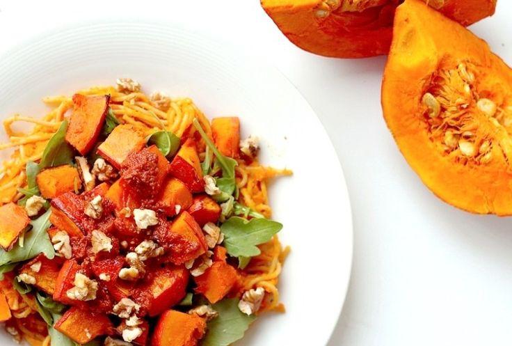 Pittige pompoenpasta (2p): 1 pompoen / 100 gram (volkoren)spaghetti / Cayennepeper / 40 gram walnoten / olijfolie / Eventueel rode pesto