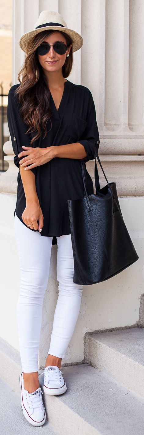 Black blouse with zip White jeans converse