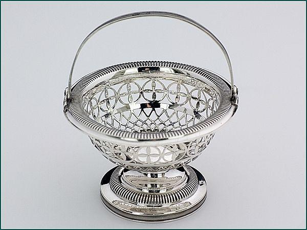 Zilveren kluwenmandje uit 1841 - Hollands zilveren kluwenmandje met hengsel 2e gehalte Diameter bovenzijde 9,2 cm, diameter voet 5,8 cm, 6 cm hoog (excl. hengsel) Jaarletter G = 1841 Meesterteken B. Gilles - Den Bosch