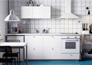 Vitt METOD kök med HÄGGEBY fronter, vit SILJAN bänkskiva, LAGAN ugn och LUFTIG köksfläkt