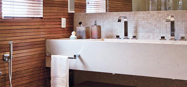 Com ducha massageadora, chuveiros com cromoterapia, piso de madeira, cubas duplas, essas salas de banho propiciam banhos e momentos de relaxamento únicos. Se você gosta de banheiros espaçosos, navegue pelas fotos e leia as histórias de cada banheiro abaixo. A equipe de reportagem também selecionou 11 acessórios que podem trazer charme para banheiros.