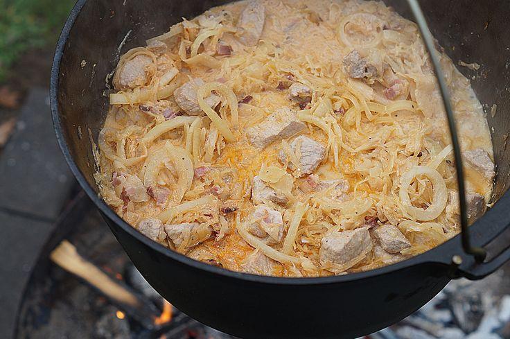 Einer der bekanntesten Vertreter der klassischen ungarischen Gerichte ist das Szegediner Gulasch. Diese besondere und sehr schmackhafte Ausführung besitzt nicht nur einen kräftigen und hervorragenden Geschmack, sondern auch die Eigenschaft der leichten Herstellung in der eigenen Küche oder unterwegs im Dutch Oven. In vielen Nachbarländern Ungarns stehen verschiedenste Variationen, für jeden Geschmack das Richtige, zur …