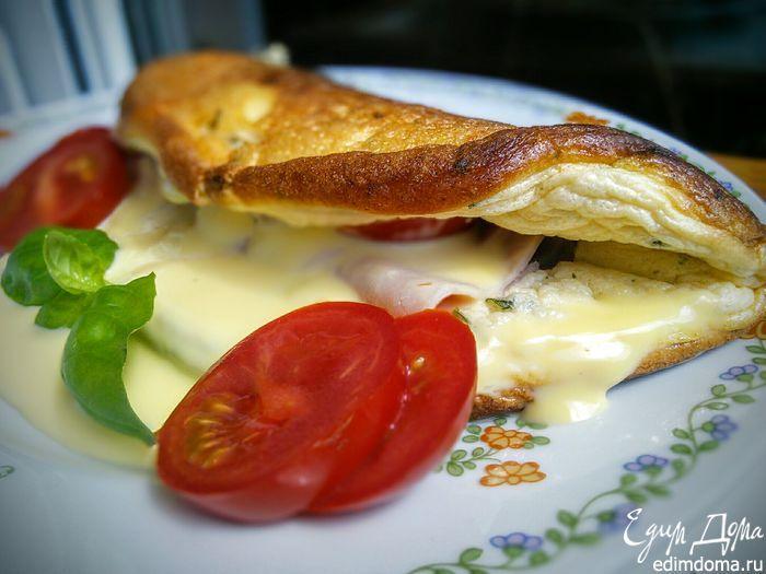 Омлет-суфле Нежное, воздушное яичное суфле в виде омлета, а начинка из ломтика ветчины и расплавленного тягучего сыра, — очень вкусно! #едимдома #готовимдома #рецепты #кулинария #домашняяеда #завтрак #омлет