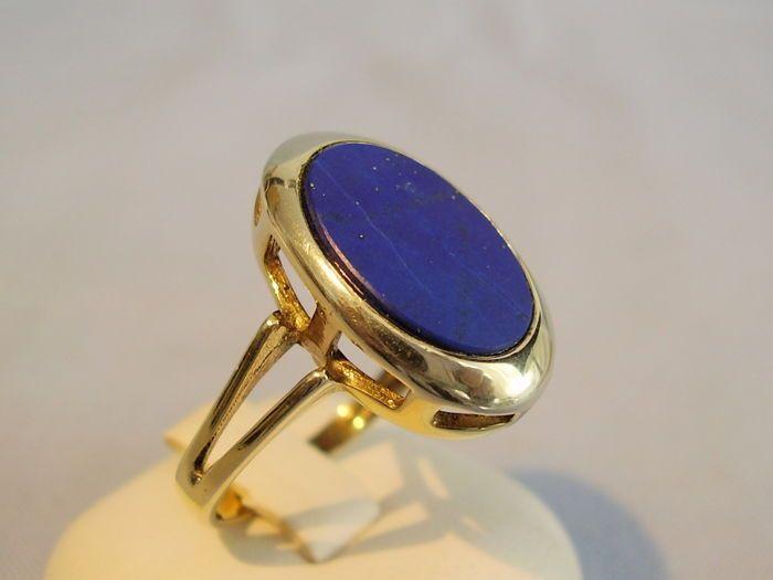 Antieke gouden ring met grote lapis lazuli plaat  De ring is gemaakt van 333 / 8 kt geel goud en dienovereenkomstig gemarkeerd. Het hoofd van de ring is ingesteld met een grote ovale lapis lazuli plaat in royal blue kleur en indrukwekkende glans. Het is natuurlijk en niet gekleurd en natuurlijke lapis lazuli groei functies zoals groei strepen en pyriet inclusions toont. De lapis lazuli plaat is fijn gepolijst en ook geschikt voor de gravure van een monogram of wapen als gevolg van de lage…