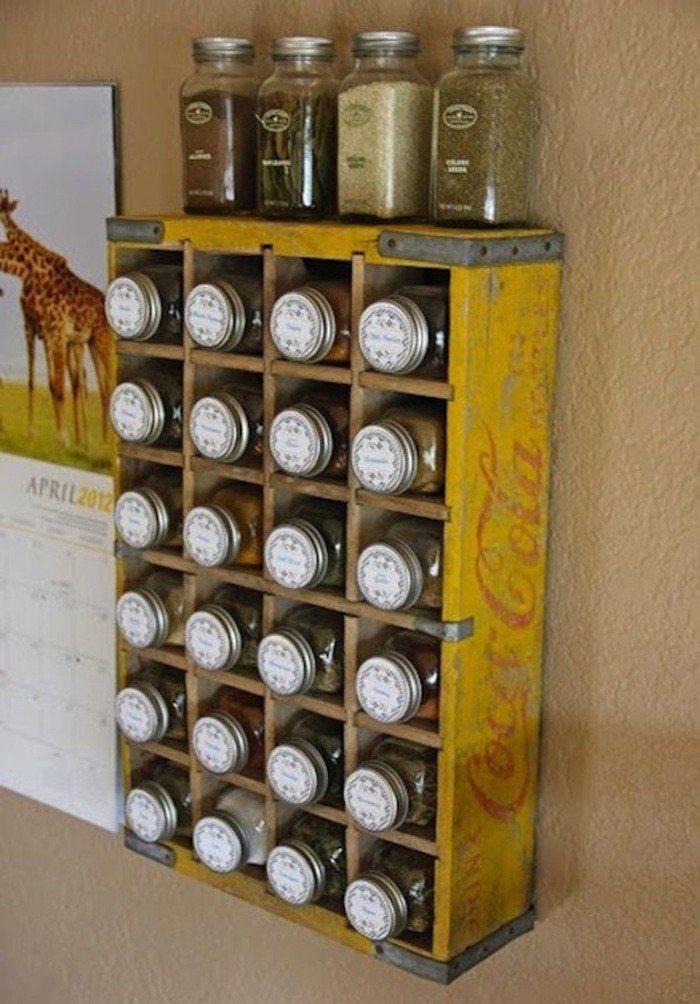 vieille caisse en bois deco coca cola comme étagère murale pour porte epice mural