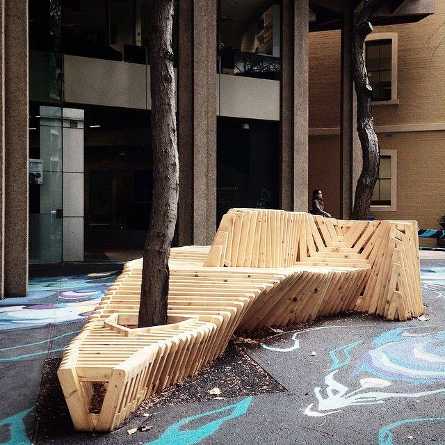 """""""Brilliantly benched #vsco"""" bancos alrededor de los árboles. Con paletas."""