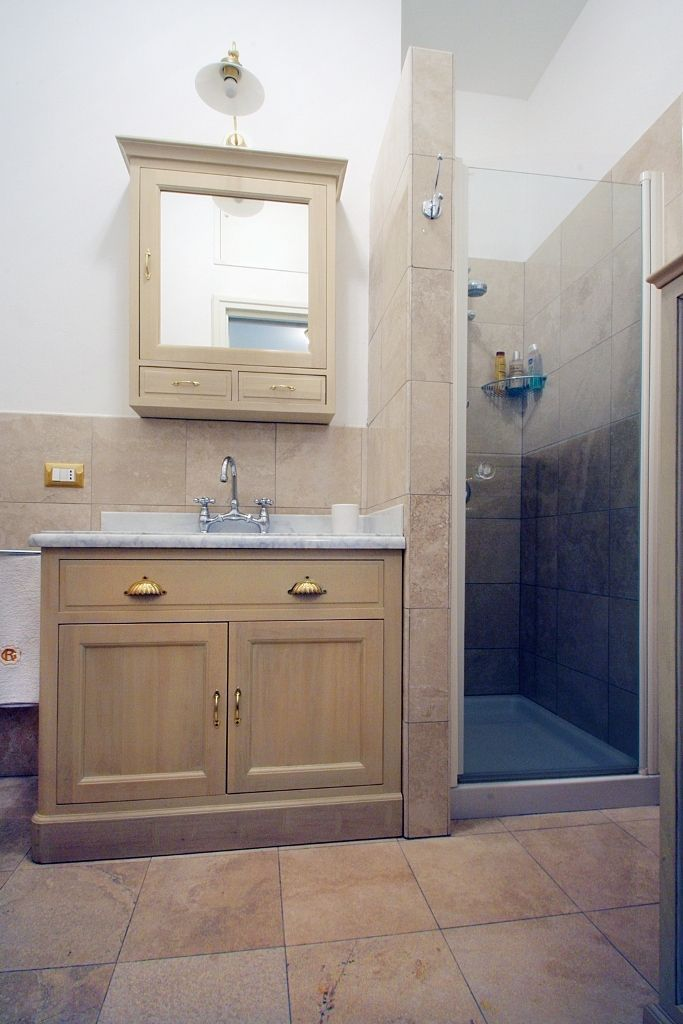 #sanbabila #1bedroomflat #forentinmilan :the small bathroom completely in marble and glass shower.