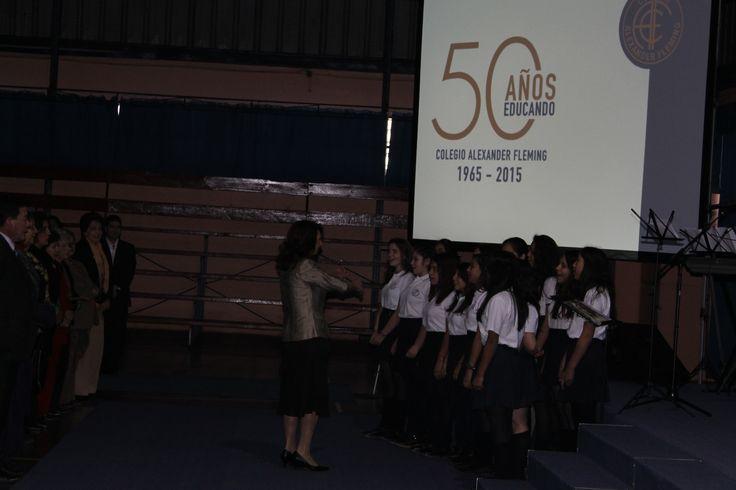 El coro con el Himno del colegio