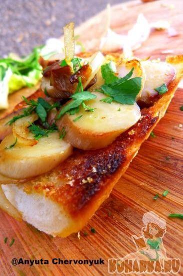 Чесночный тост с грибами.