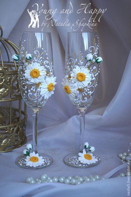 Купить или заказать Бокалы коллекция 'Ромашки' в интернет-магазине на Ярмарке Мастеров. Бокалы на тонкой ножке из чешского высококачественного стекла расписаны вручную. Рисунок выполнен с помощью специальных красок, контуров и жидкого жемчуга. Бокалы украшены цветами ромашек, вылепленными из запекаемой полимерной глины, что позволяет впоследствии мыть бокалы в воде.