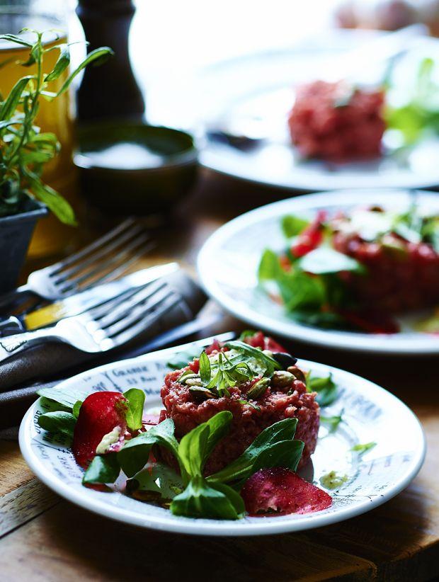 Byd dine gæster på en god rørt tatar med cremet estragon-mayo, ristede græskarkerner og sprøde skiver af rødbede.