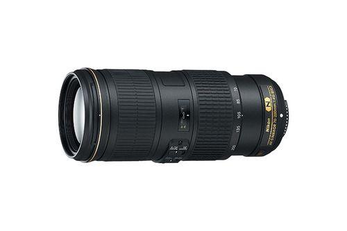 """Nikon AF-S Nikkor 70-200mm f/4 ED VR. Allsidig telezoom med VR. Telezoom av høy kvalitet for bruk med speilreflekskameraer i FX-format. Kombinasjonen av konstant blenderåpning på f/4 og en allsidig brennvidde på 70–200 mm, gjør dette objektivet perfekt til arrangementer, reiser, dyreliv og til og med sport. Nikons bildestabilisator gjør at du kan fotografere med en lukkertid som er opptil fem trinn lengre enn """"normalt"""" ved å hindre bevegelsesuskarphet når du fotograferer på frihånd."""