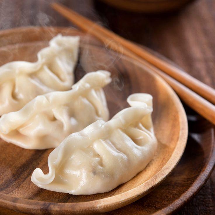 Dumplings au porc—Ce sont les dumplings classiques, très répandus dans le nord de la Chine. Les crevettes séchées (en vente dans les épiceries asiatiques) rehaussent le goût plutôt neutre du porc et du chou napa de la garniture. Pour leur donner encore plus de saveur, on peut ajouter jusqu'à 2 t (500 ml) de ciboulette à l'ail (ciboulette chinoise) ou une poignée de coriandre fraîche, hachées finement.