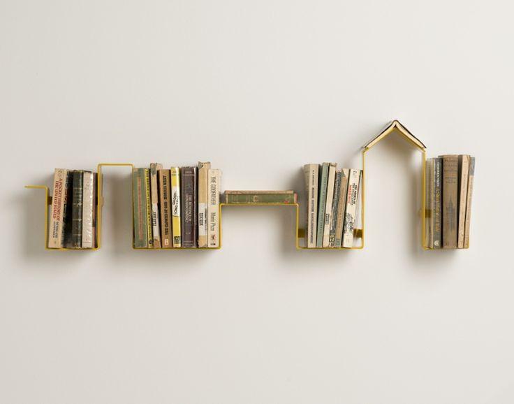 étagère murale design en forme de ligne d'horizon urbain. Les +: -Beaucoup de places pour ranger les livres -Étagères prévues comme inexistante pour imaginer que les livres et le mur ne font plus qu'un - 2 en 1: Marque pages + Étagère. Plus besoins d'avoir un vieux marque pages et risquer de le perdre   Les - :  - Qu'un seul Marque-pages pour une si grande étagère: il devrait au moins en avoir 2. Si 1 personnes lit deux livres en même temps elle ne pourra qu'utiliser qu'un marque pages