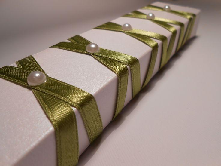 partecipazione astuccio scorrevole con nastro verde e perline