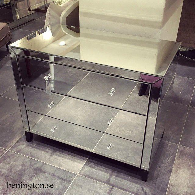 Vi fortsätter självklart ta in våra populära spegelmöbler! Det senaste tillskottet är denna spegelbyrå med 3 utdragbara lådor, riktigt läcker! Pris: 9900 kr #benington #gracefulhomes #benington_gracefulhomes #homedecor #inredning #trend #trendy #design #deco #decor #homedesign #exklusivdesign #exclusivedesign #custommade #dekorering #homefashion #fashiondecor #norrlandsgatan7 #spegel #spegelmöbel #spegelbord #spegelbyrå #mirror #mirrordrawer #mirrordresser