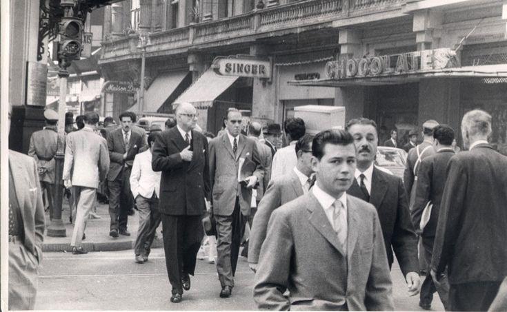 Presidente Jorge Alessandri, caminando desde su casa a la Moneda