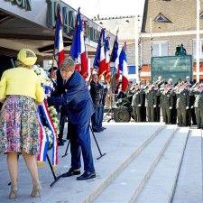 ARROMANCHES - Koning Willem-Alexander en koningin Máxima hebben vrijdagmorgen samen met minister-president Mark Rutte en minister Jeanine Hennis-Plasschaert in Arromanches de Nederlands-Franse herdenking van D-day bijgewoond.