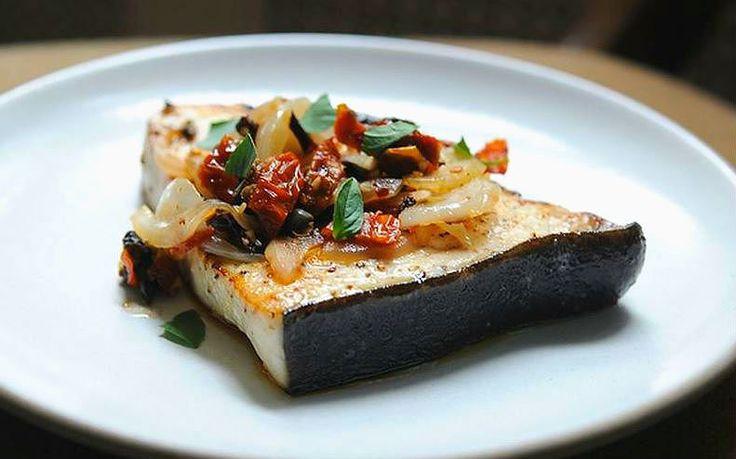 Pez espada estilo siciliano, con salsa de vino blanco tomates secos, alcaparras y aceitunas negras. Recetas de la dieta mediterránea