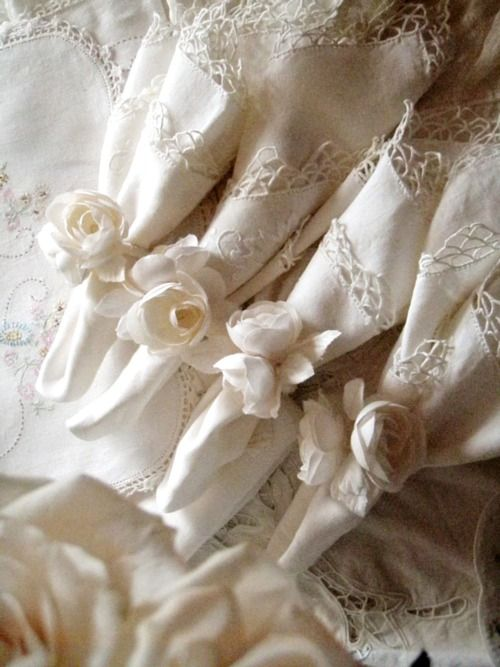 Napkins with peony rings...what a great idea...I think I'd like to make them..with the lace trim too...vintage...eh Christina:)