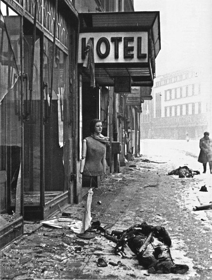 Ofiary Festung Oppeln przed hotelem Forms. Zdjęcie wykonano w marcu 1945 roku.
