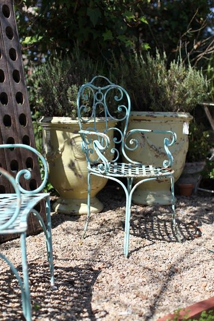 French iron chairs and gravel love – Garden inspiration