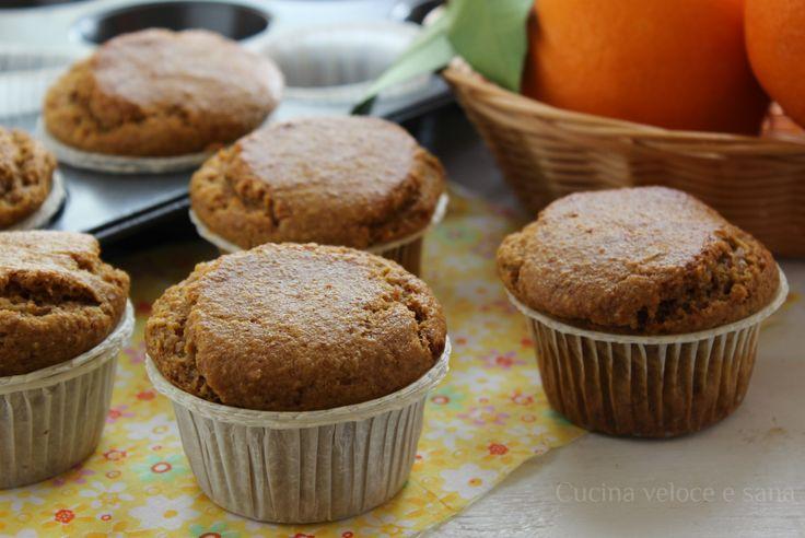 Muffin alle carote, mandorle e arancia, dei dolcetti facili e adatti a tutti, senza uova né latticini. Perfetti per la merenda dei bambini o per colazione.