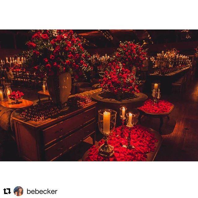 'Vermelho paixão! No clima do dia dos namorados ❤️ Foto linda do @francorossi #fornecedorsemprenoiva do casamento Dudu + Mari, no Teatro do Bourbon Country (amooooo esse espaço!) com organização @bebecker #Repost @bebecker (@get_repost) ・・・ Casamento #duduemari2017 #nbeventos 🌹🌹🌹🌹Foto @francorossi #semprenoiva #casamento #wedding #noivas2017 #noivasgauchas #noivas #decorate #inspiration #inspired #weddingphoto #fotografia #fotografodecasamento #fotografiadecasamento #flores #weddingdecor…