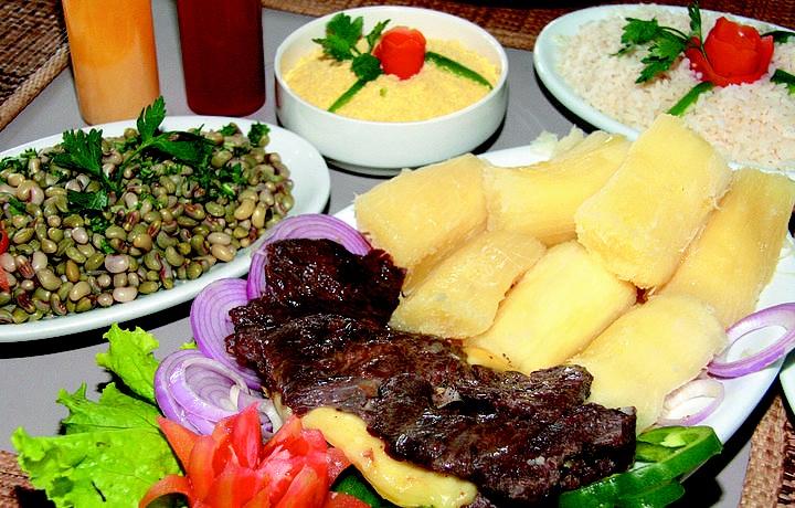 carne do sol, macaxeira e feijao verde, comida tipica ...