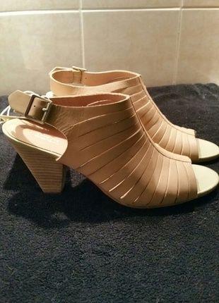 A vendre sur #vintedfrance ! http://www.vinted.fr/chaussures-femmes/escarpins-and-talons/18313172-mules-talons-cuir-naturel