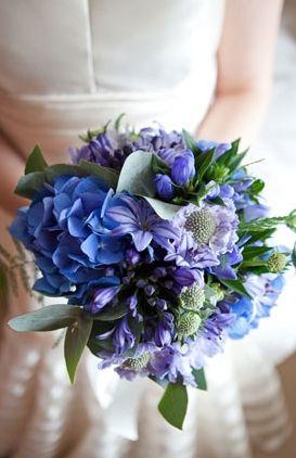Osez le monochrome pour votre bouquet et soyez une mariée surprenante cet Hiver ! La tendance : Le bleu russe. Photo par Green Photographic. Une inspiration du blogue Snippet & Ink.