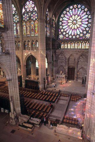 2. Bloei van de gotiek / Frankrijk ;De abdijkerk van Saint-Denis (1140-1144) De gotische bouwstijl maakte het mogelijk de diverse ruimten vrijelijk in elkaar over te laten lopen.