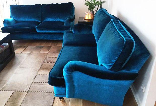Blå sammetssoffa Lejonet. Howardsoffa, soffa, howard, sammet, sammetstyg, sammetsmöbler, mässing, vardagsrum. http://sweef.se/sweef-lyx/144-lejonet-howardsoffa-3-sits-sammet.html