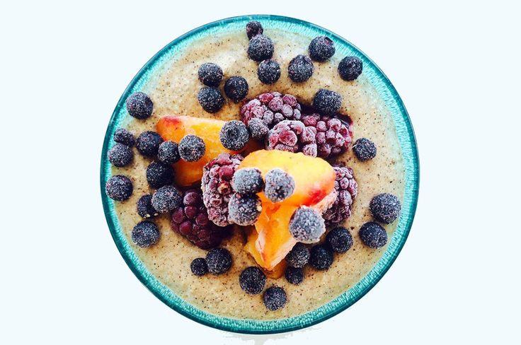 Raw quinoagröt 1 portion 1 dl okokt vit quinoa 1 dl proteinpulver vanilj, valfritt 1/2 dl havremjölk 1 mogen banan 1 tsk mald kanel 1/2 tsk mald kardemumma 1/2 tsk vaniljpulver 1 krm flingsalt, kan uteslutas