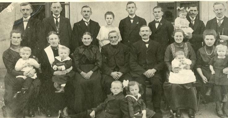 Familie Groth: ganz links Otto Groth hinter seiner Frau Selma Groth mit Werner Groth auf dem Schoß ca 1920 Kreis Schlawe
