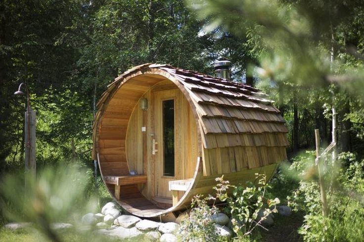 sauna dans le jardin et douche extérieure rustiques