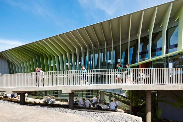 Avusuturalya'nın melbourne bölgesinde bulunan orta öğretim seviyesinde okul sürdürebilir mimarlık için örnek olabilecek tasarımlardandır. Okul cephesinde kullanılan paneller ile güneş ışığından etkili bir şekilde yararlanılabilmektedir. Çevre düzenlemesi ile okul etrafında öğrencilerin bolca vakit geçirebileceği alanlar oluşturulmuştur.