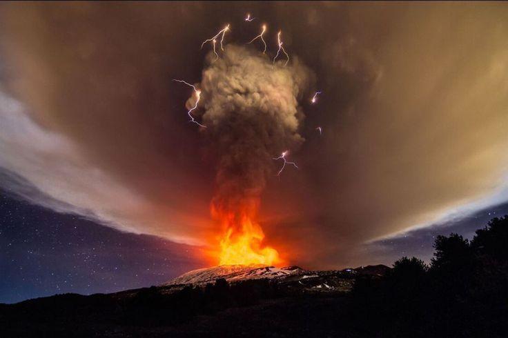 """LETNA DE FEU ET DÉLECTRICITÉ L'Etna en #Sicile connaissait vendredi une éruption parmi les plus """"énergiques des 20 dernières années"""" avec une colonne de fumée et de gaz haute de 7 km a fait savoir l'Institut italien de géophysique et de vulcanologie ( #Ingv ). Les #éruptions sont fréquentes sur ce volcan le plus élevé d'#Europe (3.350 mètres) mais celle-ci qui a débuté jeudi est très impressionnante relève l'Ingv. La colonne de fumée était visible des kilomètres à la ronde. Un orage…"""