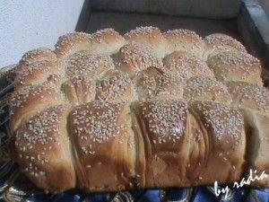 C'est une recette de pain qui me rappelle la brioche mais salée, j'aime beaucoup la texture et le croustillant de ce pain, c'est une recette facile et trés trés bonne. C'est un pain que je prépare souvent pendant le mois du Ramadhan. Ingrédients: - 500...