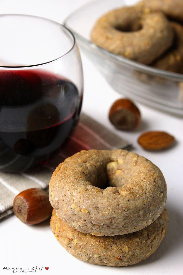 Le Ciambelline al vino rosso con nocciole e mandorle sono ciambelline poco dolci, ideali da sgranocchiare dopo il pasto con un bicchiere di vino o un caffè