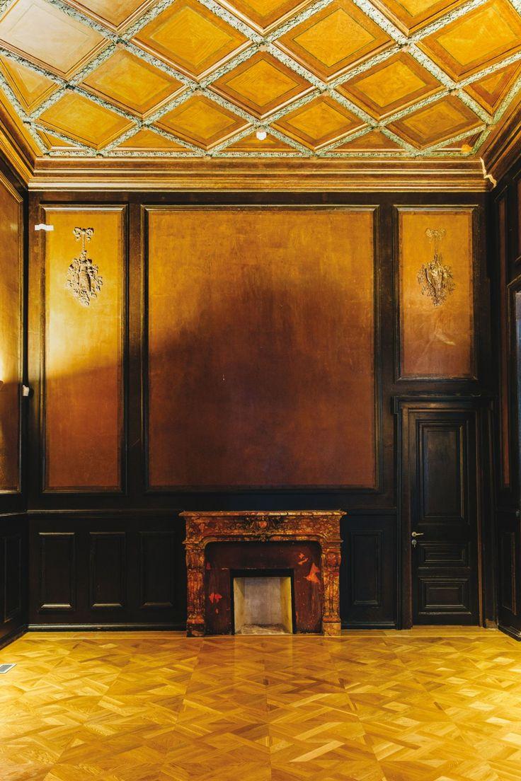 Τραπεζαρία ή σαλόνι με ξυλοεπενδύσεις, τζάκι, και οροφή με ''καϊτια''.