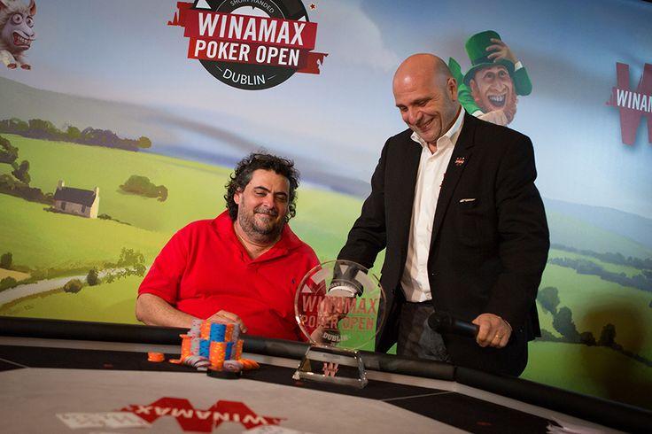 Matthieu Duran remet le trophée du vainqueur à Antonin Teisseire #WPODublin #Poker #Winamax