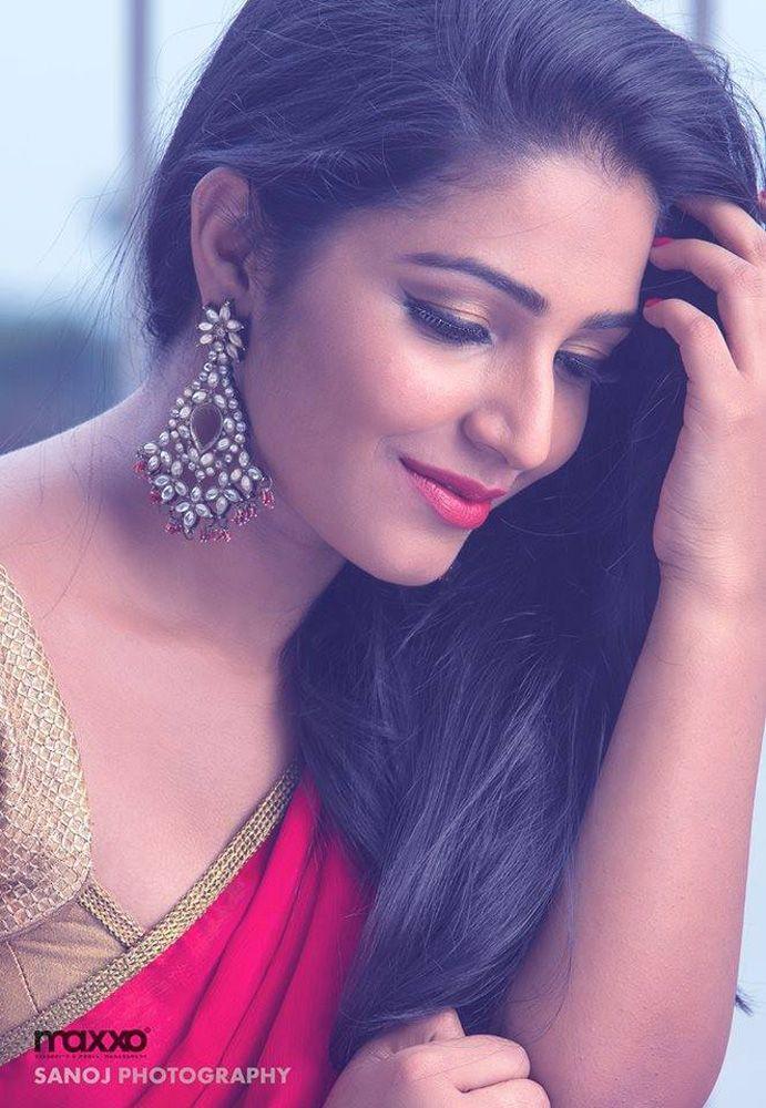 Anuraga-Karikkin-Vellam-actress-Rajisha-Vijayan-stills-photos-11.jpg (691×1000)