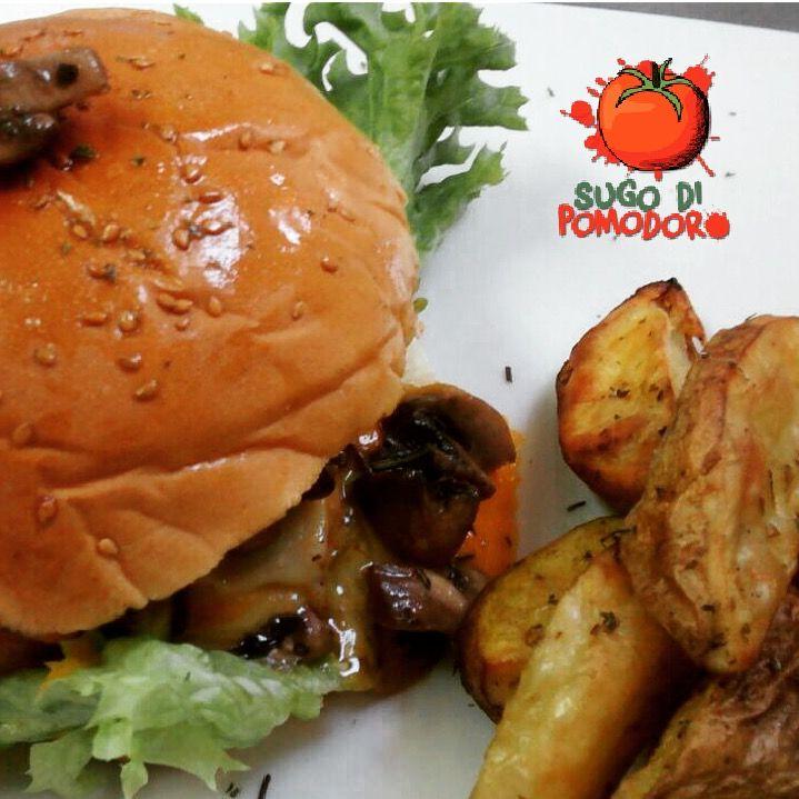 ¿Hamburguesa? Todo les queda bien: carne de res, cebolla caramelizada, champiñones... #SugoDiPomodoro #Cocina #Nutrición #Recetas #FoodPorn #ClasesDeCocina #Gastronomía  #Tasty