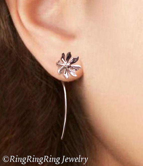 100 % massiv.925 Sterlingsilber. Niedliche kleine Gänseblümchen wilde Blume baumeln Ohrstecker mit langen Stielen. Einzigartige handgefertigte Schmuck von RingRingRing auf Etsy.  Blumen mit hoher Qualität rührt trüben beständig Argentium Sterlingsilber lange als aus. Sie sind (mit Heizung und Kühlung) gedämpft, um sie hart und stark zu machen. Sie erhalten ein paar Ohrringe.  Gesamtlänge ca. 1,5(38 mm). Blume, Breite ca. 0,4(10 mm).  Mehr lange Stamm FLORALE Ohrringe hier…