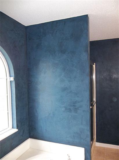 Dark blue Venetian plaster bathroom walls
