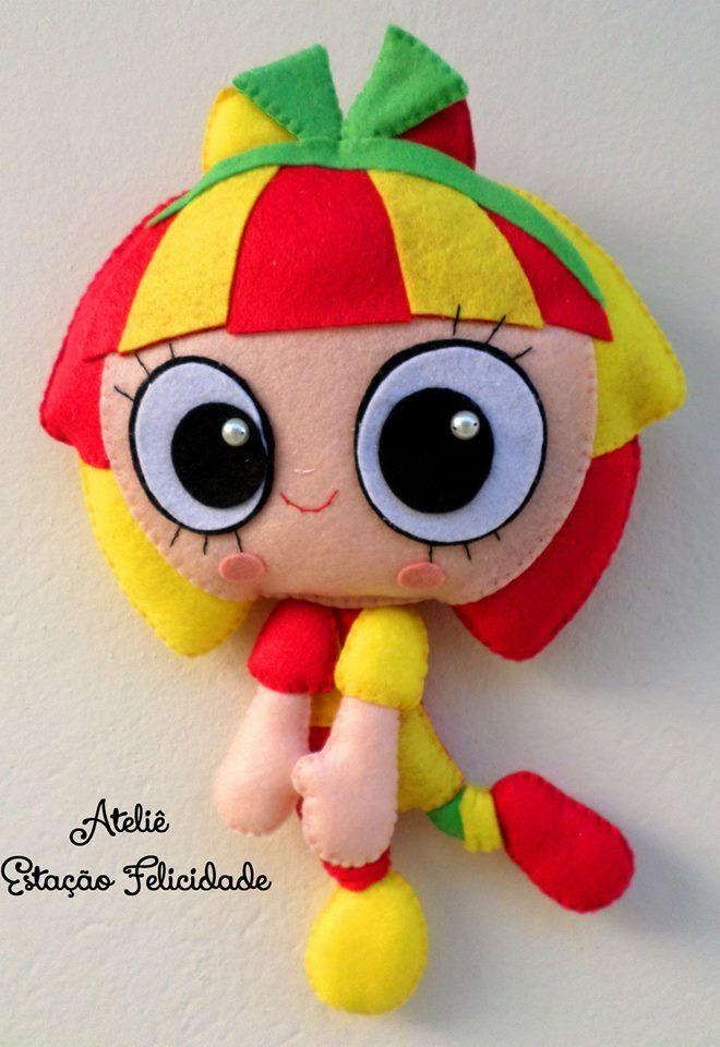 Boneca Emília em feltro com cerca de 30cm de altura. <br>Ideal para…