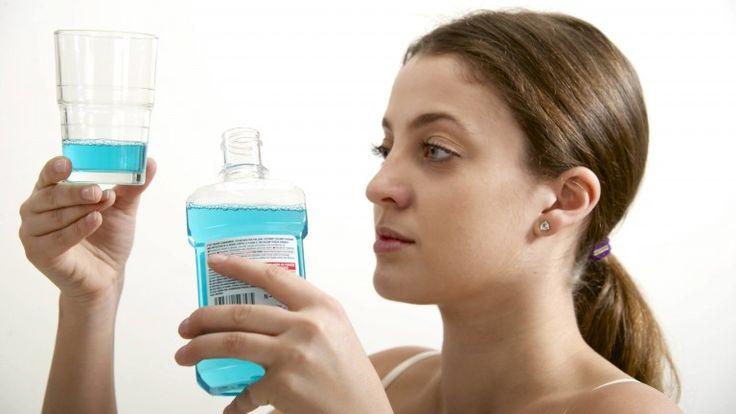 Mundwasser verleiht frischen Atem, kann aber auch in vielen weiteren Situationen nützlich sein. B.Z. zeigt 6 Dinge, die man mit Mundwasser noch machen kann.