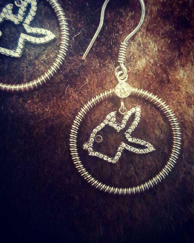 Balık demek kısmet demektir. Biz de çifte kısmeti kulağınızda taşıyın diye bu İtalyan tarzı şık küpeyi tasarladık. Özellikler: 925 ayar Gümüş + zirkon taş kullanılmıştır  #kupe #küpe #earring #earrings #taki #takı #takitasarim #takıtasarım #jewelry #silverjewelry #aksesuar #accessories #silverearring #silver